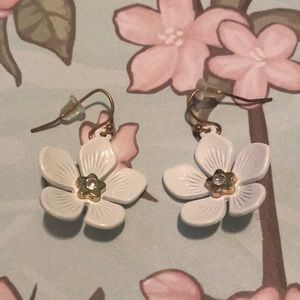 White Floral earring set in gold tone.